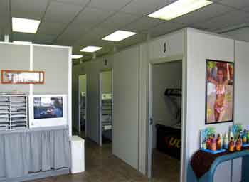 The actual construction work required to install modular tanning rooms is minimized through the fact that most of the actual work on preparing the walls and other components is carried out at the factory